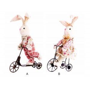 Conejo subido en una bicicleta de tela y metal