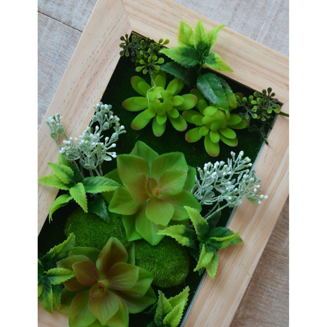 Jard n vertical decorativo con plantas artificiales hogar for Plantas artificiales jardin vertical