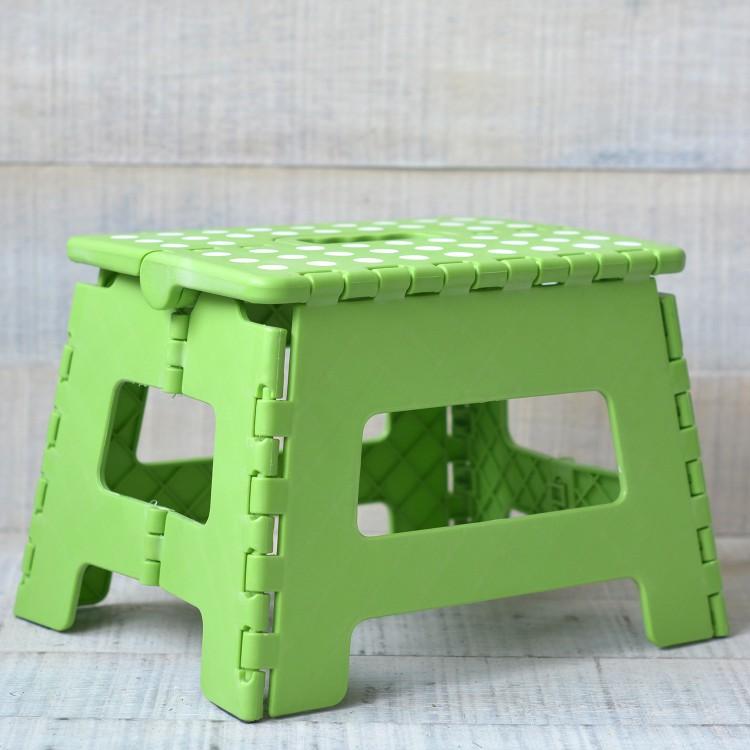Taburete Plegable Robusto y Práctico Color Verde con Superficie Antideslizante en PVC