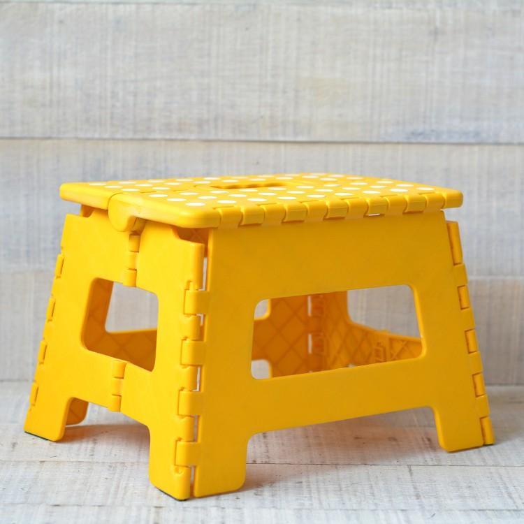 Taburete Plegable Robusto y Práctico Color Amarillo con Superficie Antideslizante en PVC
