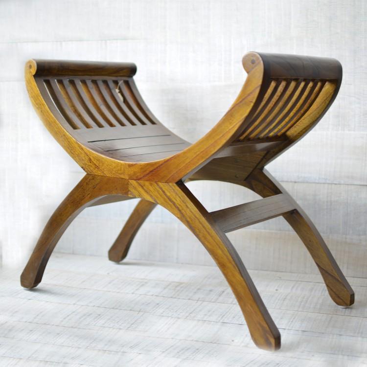 Banco artesanal de madera natural. Diseño tradicional con curvas. Hogarymas