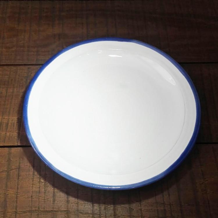 Plato esmaltado blanco con borde azul. Ideal para decoración exterior. Hogar y más