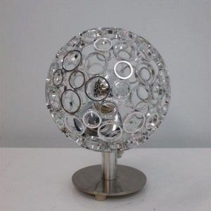 Lámpara sobre mesa metalizada